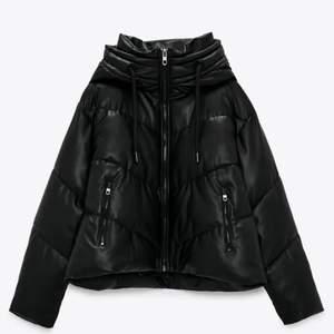 Zara puffer med luva i skinnimitation! i stort sett oanvänd så den är i nyskick! storlek S, köpt för 700kr! super skön (frakt tillkommer)