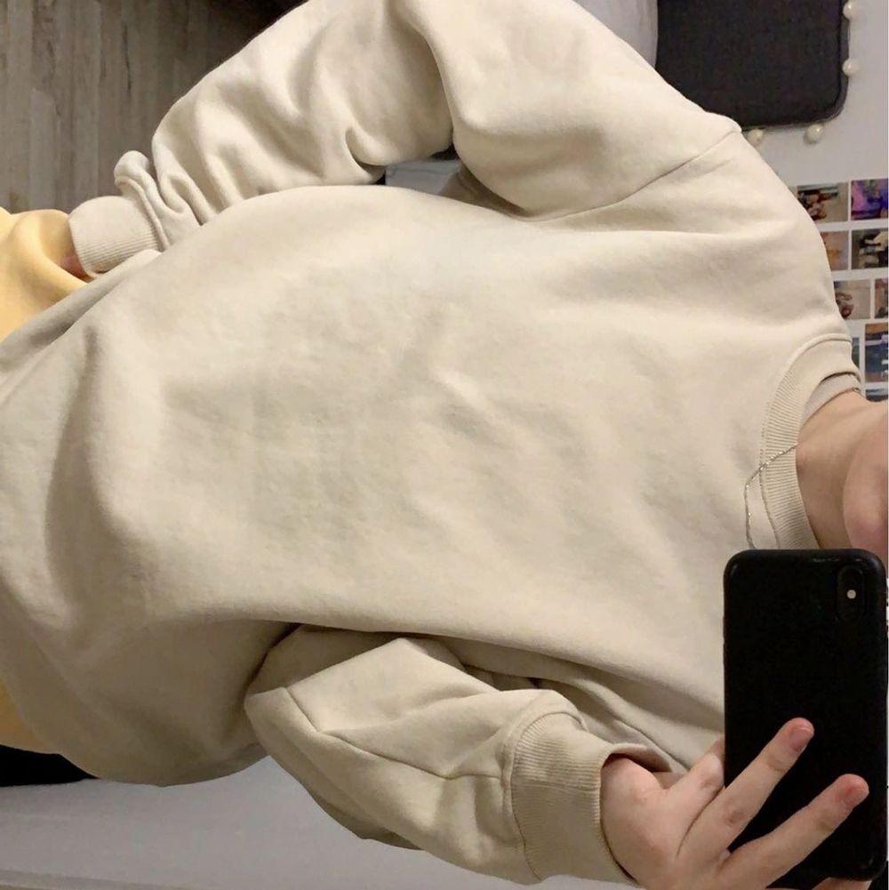 Basic beige sweatshirt i storlek M från herravdelningen. Använd endast en gång, köparen står för frakten. Tröjor & Koftor.