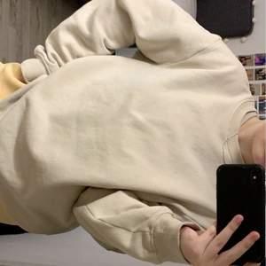 Basic beige sweatshirt i storlek M från herravdelningen. Använd endast en gång, köparen står för frakten