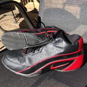 Retro Nike-basketskor i väldigt bra skick. Skokartongen har slängts/tappats bort; den finns ej. Kan dock skickas i en annan Nike-skokartong. Startpris är 750, går dock att buda.