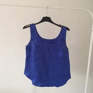 Super coolt linne (se bild två för hur tyget ser ut) Står storlek 36 men den är för stor för mig över bysten så skulle nog mer säga att det är storlek 38 om man har liten byst då! Inte använd så mycket! Frakten är 12-24kr☺️