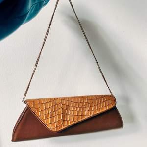 Brun vintage väska med guld croc mönster & guldig strap. Superbra kondition!