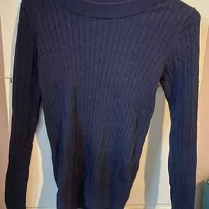 Säljer denna Marinblå kabelstickade tröjan ifrån Gina Tricot i storlek XS. I använt men fint skick. Köparen står för frakt
