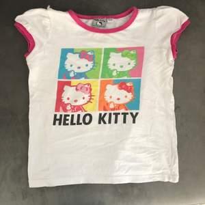 hello kitty t-shirt köpt secondhand. t-shirten är barnstorlek 110/116 och sitter som en baby tee på mindre storlekar (skulle säga att den passar XXS-XS)