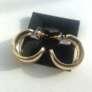 Guldiga hoops från asos. Använda en gång. 3 cm i diameter. Frakten ingår inte i priset. 🥰