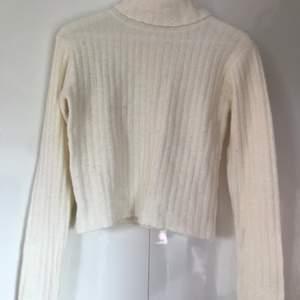 Vit stickad polotröja från Bik Bok i storlek M. Fint stickad i en ullblanding. Lite kortare i modellen vilket passar perfekt till högmidjade jeans. Frakten ingår i priset.