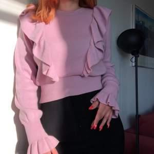 Superfin stickad tröja med volanger. Tröjan är så skön och lätt att styla! Står att det är storlek 34 på lappen men jag är mellan M-L och den är stor på mig🥰