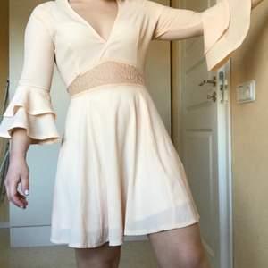 Så himla gullig klänning i storlek 34 från Missguided☀️ Blixtlås längs hela ryggen.  Hör av er vid frågor och vid högt intresse startas budgivning! (paketpris vid köp av fler kläder från min sida)🥰