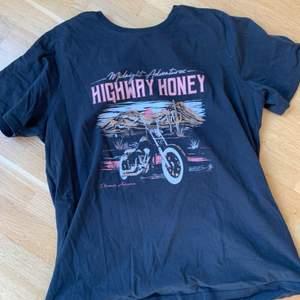 T-shirt med tryck från Gina tricot i storlek L.
