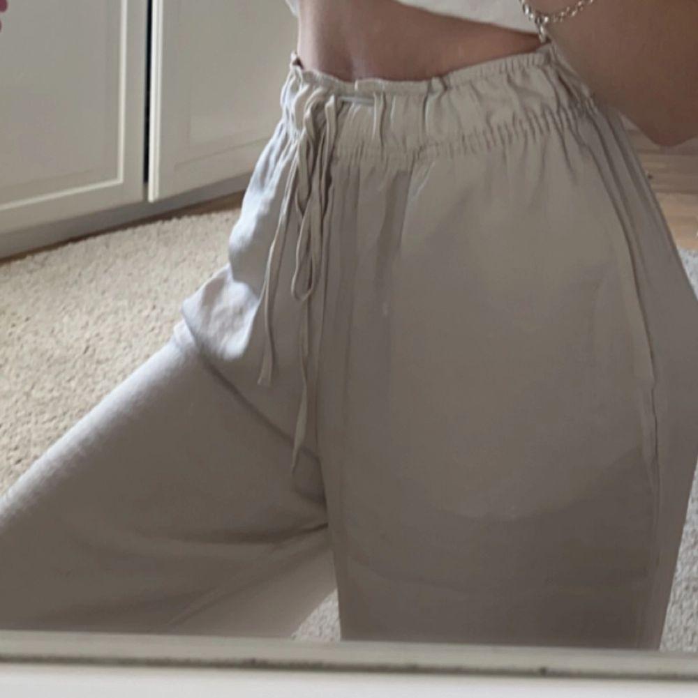 Säljer dessa ljusbeiga byxor från hm då jag har ett par likadana. Anväda ca 2ggr super fint skick. Skönaste byxorna jag äger🤩. Jeans & Byxor.