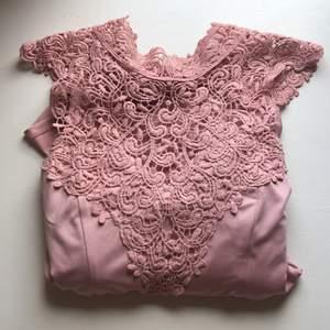 Så fin rosa klänning med så fina detaljer från bubbelroom. På baksidan finns det en Knut, som man knyter själv. Använts endast ett par gånger. Så fin att ha till skolavslutning, kalas eller nåt annat event. Skriv privat om du vill ha fler bilder. Sitter lite kort på mig som är runt 1.75. Frakt tillkommer <33