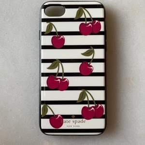 Äkta mobilskal från Kate Spade ♠️ fantastisk kvalitet, trots användning finns inga skråmor eller märken. Passar iPhone 6, 7, 8. I pris ingår leverans med PostNord (med frimärke, ej spårat).