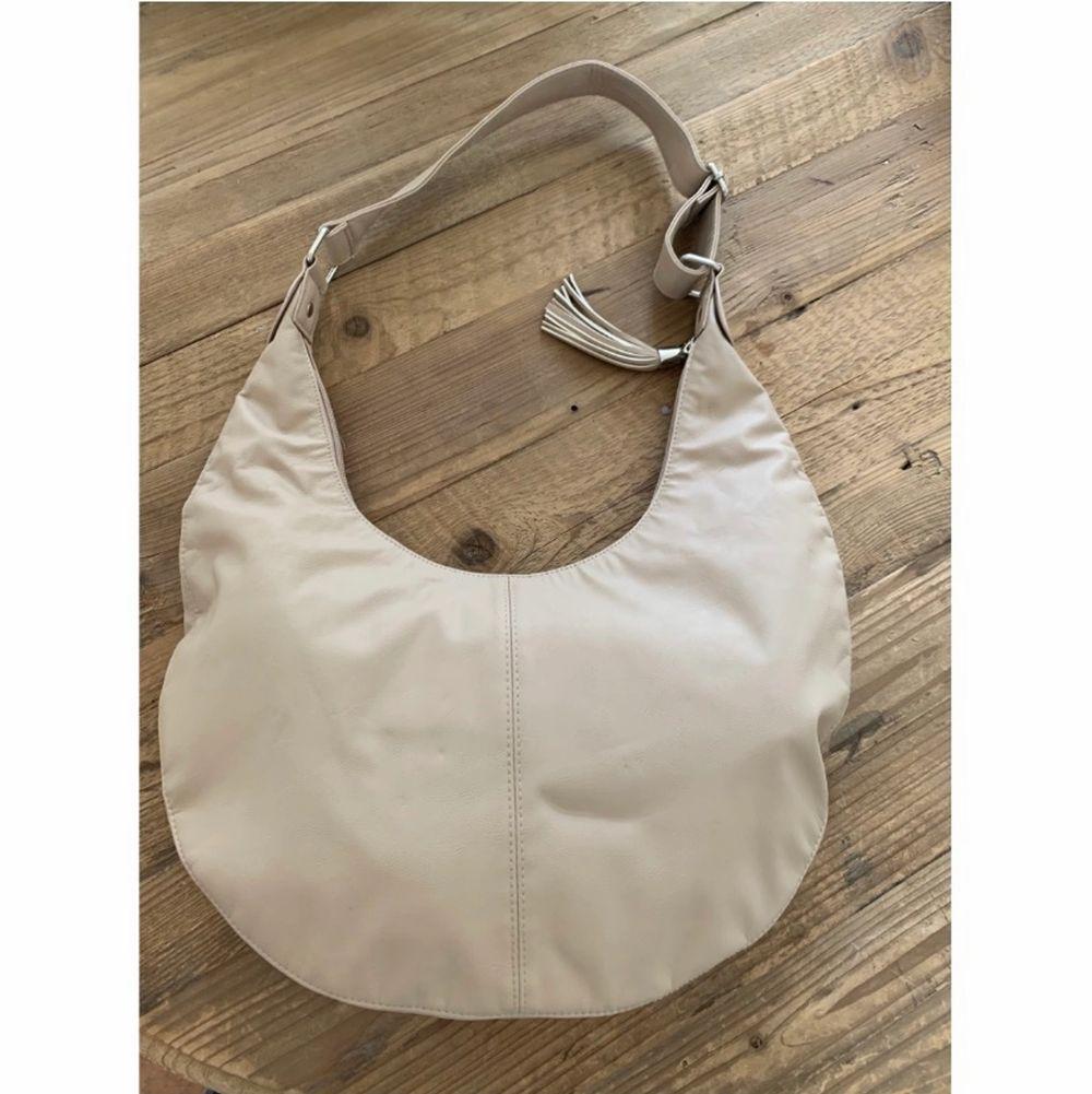 Beige väska från Givenchy som är köpt på Vestiaire Collective i mars 2021. Aldrig använd av mig men tecken på användning av tidigare ägare. Bredd 38cm, höjd 24cm. Pris kan diskuteras! . Accessoarer.