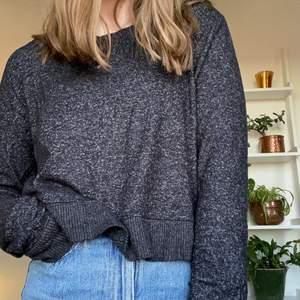 Världens mjukaste mörkgråa tröja. Inte ett dugg stickig. Passar small.
