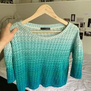 Jättefin y2k turkos stickad tröja från Atmosphere. Färgen är lite svår att återge på bild men är lite som en blandning mellan de olika bilderna, den är starkare turkos irl än på spegelbilden! Möts upp eller fraktas spårbart för 57 kr 🥰
