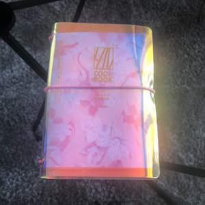 Helt ny gulligt block med två på insidan! Den rosa är för gulliga anteckningar och. Den gröna langa klistermärken då blocket har ett glansigt material! Priset är inkluderad frakt💞