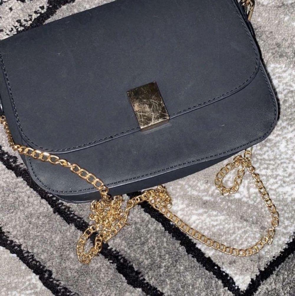 Säljer denna jätte fina svarta väska med guld detaljer för endast 60kr, frakten får köparen stå för . Väskor.