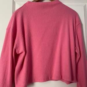 Säljer min tröja som jag köpte för 2 år sen och alldrig har andvändt den då den är för stor och inte min färg. Tröjan är i nyskick och köptes på H&M. Om du är intresserad eller har några frågor är det bara att skriva till mig💕   ( pris kan diskuteras vid snabb affär)