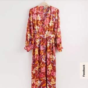Jättefin blommig jumpsuit från Lindex strl M! ❤️🌼 använd endast en gång, nyskick. Gjord i väldigt lent tyg som känns som silke typ 😍 nypris 599, säljer för 300 men testa att pruta vettja! Kan fraktas❤️