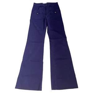 Lila jeans/byxor från see by chloe i storlek 26 och långa utsvängda ben. Sjukt snygga fickdetaljer och världens finaste lila färg😍😍😍