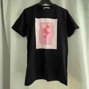 Säljer denna coola oversized tshirt fråm NAKD i storlek xxs, trycket har spruckit lite i tvätten men det är fortfarande mjukt.