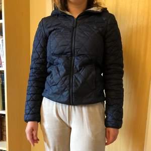Säljer en snygg marinblå jacka med teddyinsida! Mysig, mjuk och varm höst och vinterjacka. I använt skick med några skönhetsfläckar, därav priset. Inga större grejer som syns. 🤍 Strl XS.