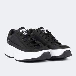 Ett par sprillans nya sneakers från Adidas. Endast använda en gång där jag märkte att de var lite för små.. Storleken är 5 (38) men skulle säga att de passar 37 också. Jag är 38 men de är som sagt lite små, de funkar men tänker på det hela tiden och vill därför köpa nya men kan inte skicka tillbaka dessa då de är använda. Är du en liten 38 eller 37 så skulle jag säga att de passar perfekt! Är flera intresserade blir det budgivning i kommentarerna❤️ Köparen står för frakt. Nypris där jag köpte dem (ord. Utan rea) är 999kr