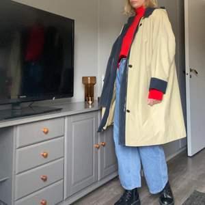 Beige kappa med lite marinblå färger. Köpt vintage och använd 1-2 ggr av mig. Tål regn väldigt bra. Den är oversized och i superfint skick. FRAKT ÄR INKLUDERAT I PRISET⚡️⚡️