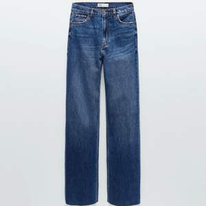 Ett par blåa jeans från zara, högmidjade, avklippta men väldigt långa på mig som är 156💕