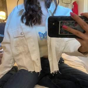 En vit oversized jeansjacka från nakd. Superfin och oanvänd! Storlek 34 men passar från XS till Medium då den är oversized. 💓