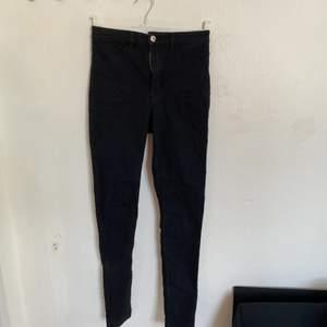 Säljer nu dessa väldigt fina jeans från H&M. De är väldigt bra skick pga att de knappt är använda och storleken är 36.  Säljer pga att de inte längre passar. Hör av er för fler bilder:) köparen står för ev frakt