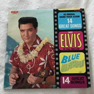 Elvis Presley's Blue Hawaii. ❤️ Köpt begagnad, inte spelad mycket av mig själv.  Är i fint skick!