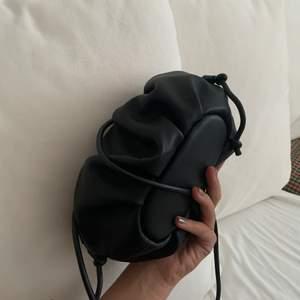 Säljer denna svarta väska i fake skinn från mango då jag beställde den för ett tag sedan men aldrig använt den,därav är pappret är kvar i 🖤