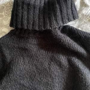 Säljer nu min svarta lång stickade tröja med polo krage!