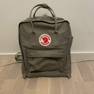 Säljer nu min äkta kånken ryggsäck som tyvärr inte längre kommer till användning! Den är använd men i mycket gott skick :) nypris är 999kr. Skriv privat för fler bilder💗 köparen står för frakten! Färgen på väskan är FOG
