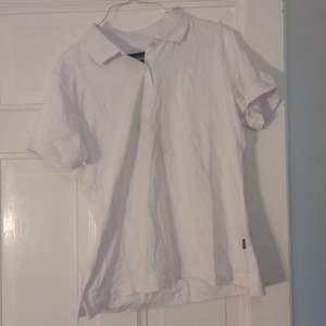 Supersöt t-shirt med krage (perfekt att ha under tjockare tröjor, som på sista bilden🤩). Sååå skön men aldrig använd! Lite liten i storleken :)