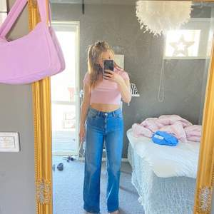Säljer dessa blå raka jeans för dom inte kommer till användning. Har använt dem ett få tal gånger så dem är i bra skick. Köpta från en outlet för ett litet tag sedan. Frakt tillkommer eller mötas upp.
