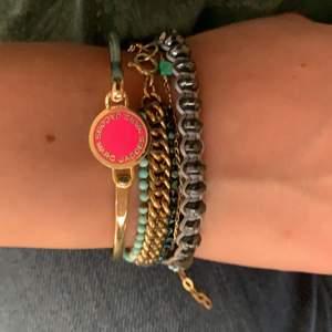 Guldigr armband med rosa Marc Jacobs logga, som nytt.