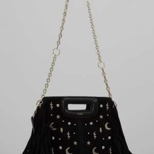 Säljer min fina unika maje väska. Jag har köpt den för 2700kr på nk i Stockholm. Väskan är använd MAX 4 gånger (alltså inga defekter). Jag kan tänka mig byta mot en annan (stor blå). Säljer den för 1800kr för att den är i princip helt ny. Buda💗💗💗