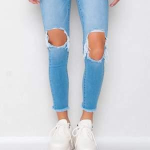 Säljer dessa jeans med hål på knäna och slitningar ifrån Gina. Säljer för jag fick dem i julklapp men inte använt dem för att de är alldeles för långa för mig som är 160. Säljer för 100+frakt eller budgivning. Storlek 38 men mer som en 36