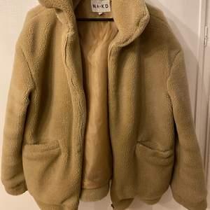 Säljer denna teddy zipper jacket från NAKD. Använd fåtal gånger 4 ca. Strl 38 passar perfekt lite oversized på mig som brukar ha 36 i vanliga fall och strl S i mina kläder. Nypris 799 den är även slutsåld på hemsidan💜