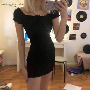 Svart off-shoulder klänning, kan också ha den som en vanlig klänning utan off-shoulder, storlek Xs men passar S då den är strechig. 60+48kr frakt!