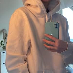 vit hoodie från hm, har en fläck på ena armen (se bild 3)