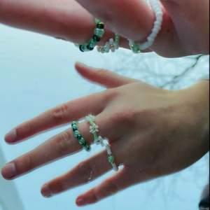Egengjorda ringar i olika designs. GRÖN PÄRLA: 10 kr, TWISTER: 12 kr, BLOMKRANS: 15 kr.              Det går att justera storleken! 💚🤍