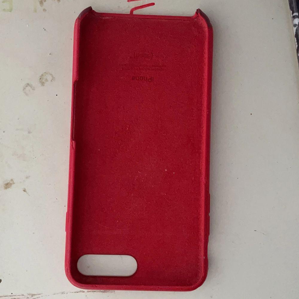 Röd fint skal skadat på en del ställen men funkar fortfarande bra:). Accessoarer.