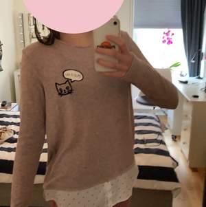 En fin tröja i fint skick, bara använd ett fåtal gånger. Den är i storlek 170 (barn) men i verkligheten är den större och går att töjas ut. Den är i ett hållbart material och tröjan har inte några revor eller slitningar m.m🤎