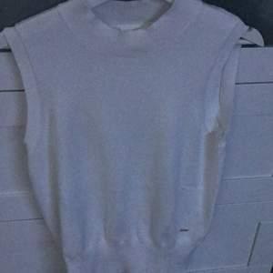 En vit väst från lindex. Snyggt att ha med en långärmad tröja under, säljer för att det inte kom till användning. Fraktar endast☺️