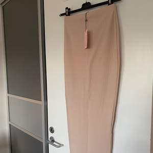 Sjukt fin ribbad, tajt långkjol från MissGuided. Aldrig använd med tag kvar. I storlek 36. I fin rosa/nude färg.