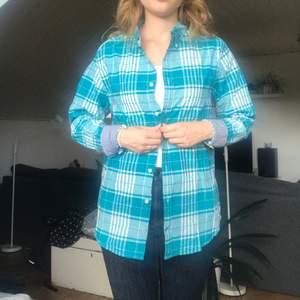 """Blå/grön/turkos skjorta från Tommy Hilfiger i """"New York fit"""" strl M  Skjortan är sydd för en manskropp men funkar helt utmärkt för kvinnokroppar oxå!  69kr exklusive frakt   #skjorta"""
