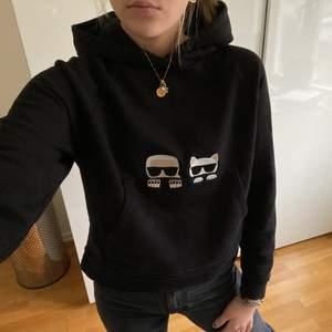 Säljer min as coola Karl Lagerfeldt Hoodie!! Unik och väldigt sparsamt använd, köptes förra året på NK, kvitto finns. I storlek M men passar även S/XS. Nypris är 2199kr. Köp direkt för 800kr ev annat bra bud 😇💕